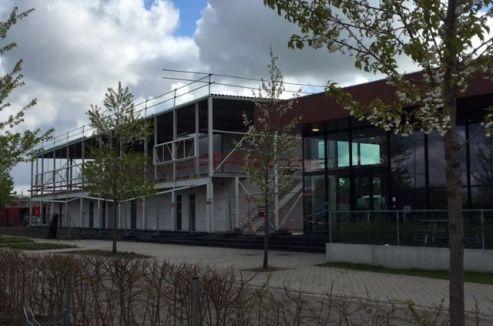 Aanzicht nieuwe sporthal naast het nieuwe zwembad