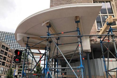 De eerste betonnen luifel is geplaatst